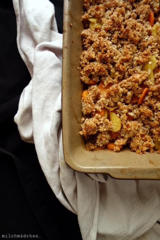 Kokos-Crumble mit Möhren und Pastinaken | milchmädchen.