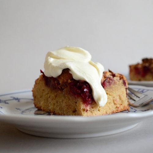Streuselkuchen mit Kirschen und Sahne à la Mama | milchmädchen.