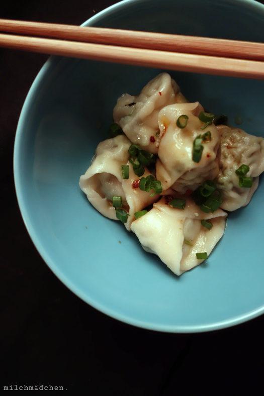Weniger. Mehr. Und Wan Tans mit Chiliöl und Würz-Sojasauce.