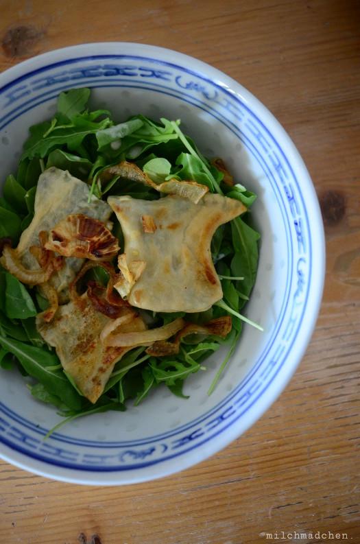 Eulen nach Athen, oder: Vegetarische Maultaschen mit Schmorzwiebeln und zitronigem Salat