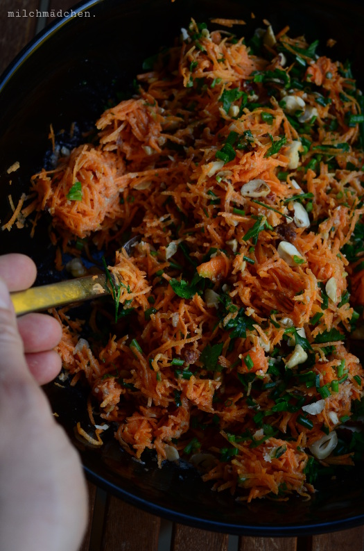 Per aspera ad astra: Möhren-Haselnuss-Salat mit Tahindressing