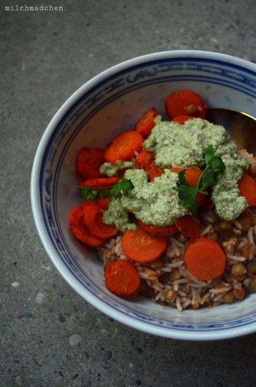 Linsen-Curry mit Koriander-Mandel-Sauce | milchmädchen.