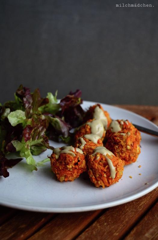 Möhrenfalafeln mit Sesamsauce und Salat | milchmädchen.