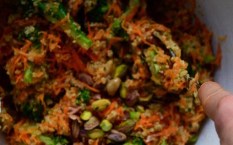 Quinoa-Brokkoli-Karotten-Salat mit Pistazien und Datteldressing | milchmädchen.