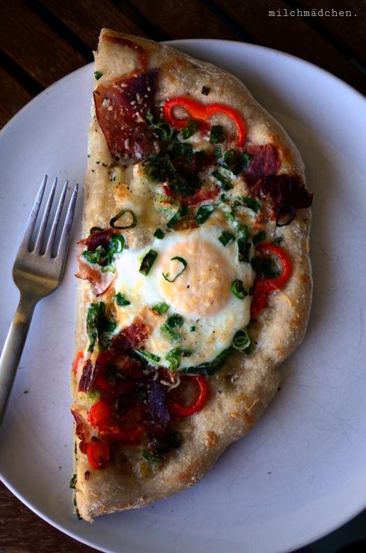 Breakfast Pizza mit Bacon & Ei | milchmädchen.