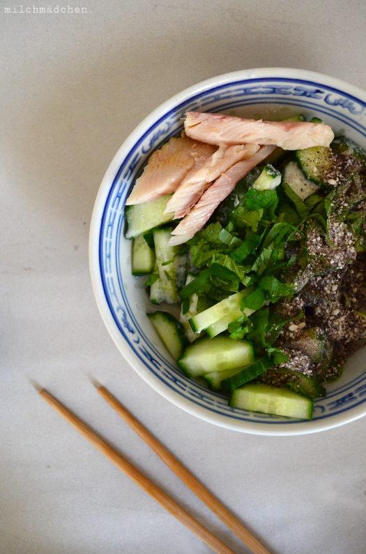 Zusammen isst man weniger allein, oder: Kokos-Gurkensalat mit Räucherforelle und Pfeffer-Reis-Topping