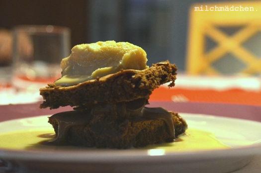 Vorsätzlich: Zweierlei Schokoladencreme mit Biskuit, Karamell-Eiscreme und Rosmarinsauce