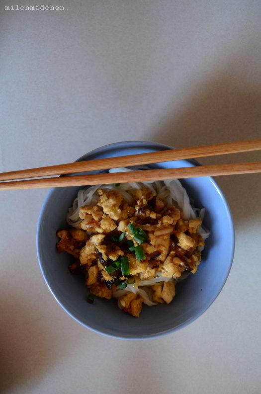 Vergissmeinnicht: Fünf-Gewürze-Tofu mit Nudeln und Gurkensalat