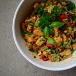 Thai-Süßkartoffelsalat mit Paprika, Bohnen, Erdnüssen und Tofu | milchmädchen.