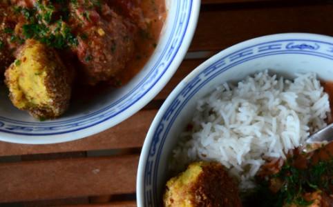 Kartoffelbällchen in scharfer Currysauce   milchmädchen.