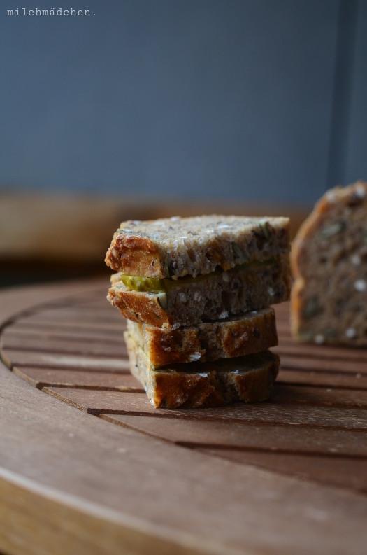 Vier-Stunden-Brot mit Erdnussbutter und Gewürzgurken | milchmädchen.