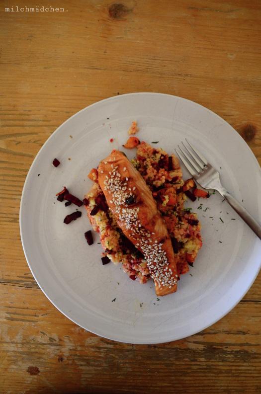 Herbst-Hirsotto mit glasiertem Sesam-Ofenlachs und Backgemüse   milchmädchen.